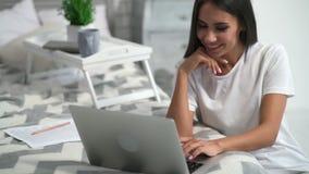 Giovane donna allegra che comunica attraverso Internet video d archivio