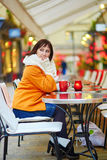 Giovane donna allegra che gode della stagione di Natale a Parigi Immagine Stock