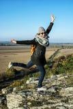 Giovane donna allegra che posa in attrezzatura di autunno, sce naturale di aria aperta Immagini Stock