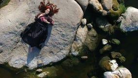 Giovane donna allegra che posa dal fiume video d archivio