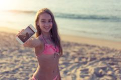 Giovane donna allegra che prende selfie sulla spiaggia sabbiosa con il mare nei precedenti sul viaggio di giorno di estate e sul  Immagine Stock