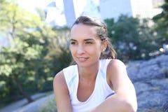 Giovane donna allegra che si rilassa nel parco Fotografie Stock