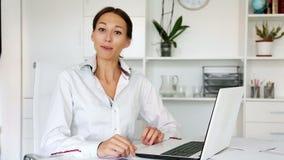Giovane donna allegra che si siede all'ufficio stock footage