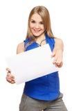 Giovane donna allegra che tiene scheda bianca vuota Immagini Stock