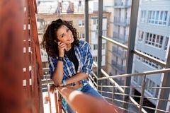 Giovane donna allegra che va di sopra all'aperto Immagine Stock