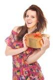Giovane donna allegra con il contenitore di oro del regalo come cuore Immagini Stock Libere da Diritti