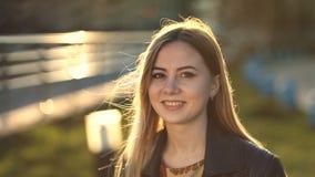 Giovane donna allegra con il sorriso perfetto all'aperto video d archivio