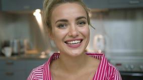 Giovane donna allegra in cucina archivi video
