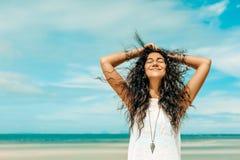 Giovane donna allegra divertendosi sulla spiaggia Immagine Stock