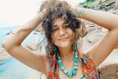 Giovane donna allegra divertendosi sulla spiaggia Fotografie Stock Libere da Diritti