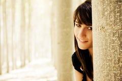 Giovane donna allegra nel legno Immagini Stock Libere da Diritti