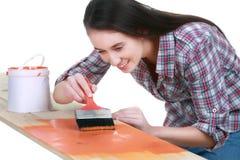 Giovane donna allegra nella verniciatura dei jeans e della camicia Fotografie Stock Libere da Diritti