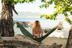 Giovane donna allegra rilassata in un'amaca Fotografie Stock