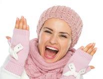 Giovane donna allegra in vestiti di inverno del knit immagini stock libere da diritti