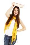 Giovane donna (allievo) con il libro sulla sua testa Fotografie Stock Libere da Diritti