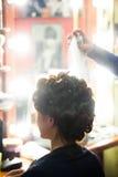 Giovane donna allo studio dei capelli Fotografie Stock Libere da Diritti