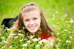 Giovane donna in alta erba verde Immagini Stock Libere da Diritti