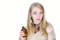 Giovane donna ammalata che cattura sciroppo immagine stock