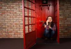 Giovane donna annoiata che aspetta una chiamata Fotografie Stock
