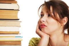 Giovane donna annoiata dell'allievo allo scrittorio Immagine Stock Libera da Diritti