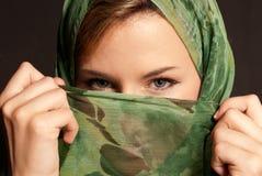Giovane donna araba con il velare che mostra i suoi occhi Immagine Stock