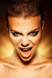 Giovane donna arrabbiata che esamina macchina fotografica e grido Fotografie Stock