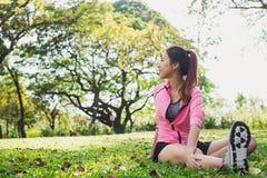 Giovane donna asiatica in buona salute che si esercita al parco Giovane donna adatta che fa allenamento di addestramento nella ma Fotografia Stock
