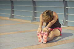 Giovane donna asiatica che allunga le gambe prima del pareggiare Fotografia Stock Libera da Diritti