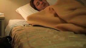 Giovane donna asiatica che dorme sul letto in camera da letto stock footage