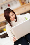 Giovane donna asiatica che lavora ad un computer portatile Fotografia Stock Libera da Diritti