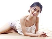 Giovane donna asiatica che si trova sul pavimento Immagini Stock Libere da Diritti