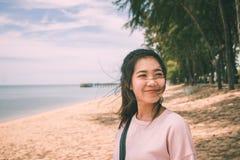 Giovane donna asiatica che sorride con il vento che soffia i suoi capelli Fotografia Stock