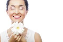 Giovane donna asiatica che tiene il fiore bianco del gerber immagini stock libere da diritti