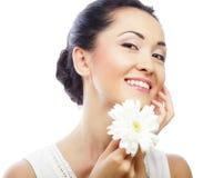 Giovane donna asiatica che tiene il fiore bianco del gerber fotografia stock