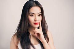 Giovane donna asiatica con emozione dubbiosa Fotografia Stock Libera da Diritti