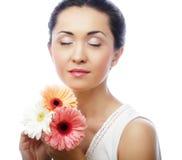 Giovane donna asiatica con i fiori del gerber del mazzo Fotografie Stock