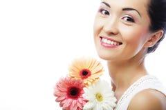 Giovane donna asiatica con i fiori del gerber del mazzo immagine stock libera da diritti