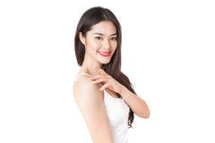 Giovane donna asiatica con il fronte sorridente isolato su bianco Immagini Stock Libere da Diritti