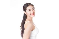 Giovane donna asiatica con il fronte sorridente isolato su bianco Fotografie Stock Libere da Diritti