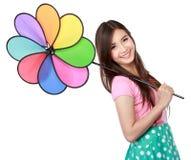 Giovane donna asiatica con il mulino a vento variopinto Fotografia Stock
