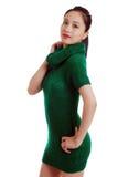 Giovane donna asiatica con il vestito verde dal knit isolato fotografia stock libera da diritti