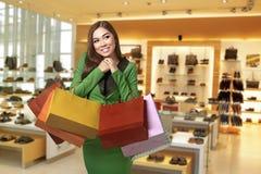 Giovane donna asiatica con stare sorridente dei sacchetti della spesa fuori Fotografia Stock Libera da Diritti