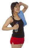Giovane donna asiatica con una racchetta di rumore metallico-pong isolata su bianco Fotografie Stock