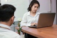 Giovane donna asiatica di affari di bellezza eccitata per ottenere una rosa bianca in ufficio il giorno del ` s del biglietto di  Immagini Stock