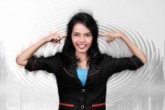 Giovane donna asiatica di affari che chiude le sue orecchie Fotografie Stock Libere da Diritti