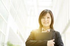 Giovane donna asiatica di affari con il diario Fotografia Stock