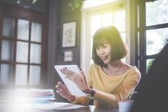 Giovane donna asiatica di divertimento felice che per mezzo dello smartphone Fotografie Stock
