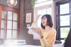 Giovane donna asiatica di divertimento felice che per mezzo dello smartphone Immagine Stock Libera da Diritti