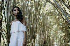 Giovane donna asiatica esotica in foresta di bambù immagine stock libera da diritti