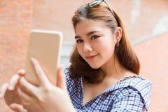 ff9567a261e3 Giovane donna asiatica felice attraente le che prende selfie all aperto  fotografie stock